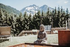 Körper und Seele im Hotelgarten in Einklang bringen (c) Aileen Melucci (Wellnesshotel Walserhof - Kleinwalsertal Hotels)