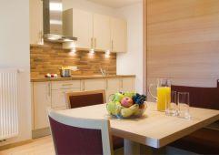 Küche und Essbereich des Deluxe Family Appartepents (Naturhotel Rainer)