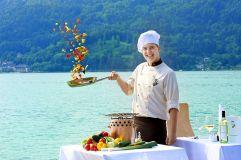 Küchenchef bereitet Gemüse am Steg zu (Parkhotel Pörtschach)