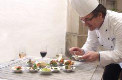 Küchenchef bereitet im Schloss Kapfenstein die Speisen zu (winzerhotels)