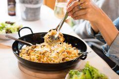 Kulinarische Genüsse beim Probieren der berühmten Allgäuer Kässpatzen (c) Fotostudio Wälder (Alpzitt Chalets)