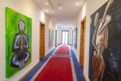 Kunst von Christoph Weiermayer am Zimmerkorridor (IMPULS HOTEL TIROL)