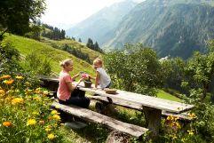 Kurze Wanderpause bei atemberaubender Aussicht (c) MAYA Inspiranto (Tourismusverband Rauris)