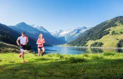Laufen am Bergsee mit Panorama im Sommer (Tourismusverband Krimml)