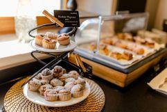 Leckere Muffins und andere Naschereien am Frühstücksbuffet (c) Karin Bergmann (Ratscher Landhaus)