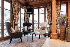 Leseecke in der Lobby mit Panoramafenstern (c) David Innerhofer (Wanderhotel Gassner)