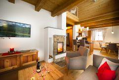Liebevoll dekorieter Wohnbereich mit Küche (c) Michael Gruber (Lehenriedl Chalets und Appartments)