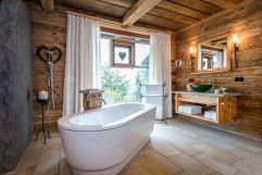 Liebevoll gestaltetes Badezimmer (c) www.guenterstandl.de (Hüttenhof - Wellnesshotel und Luxus-Bergchalets)