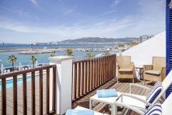 Liegestühle auf dem Blakon mit Merrblick (Hotel Portixol)