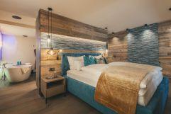 Luxus-Bett mit angrenzendem Badezimmer im Chalet No. 3 (c) Michael Huber (Hotel Quelle Nature Spa Resort)