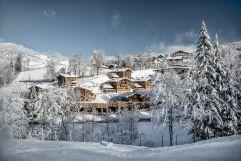 Luxuschalets in verschneiter Landschaft bei Tag (c) Prechtlgut (Prechtlgut)