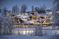 Luxuschalets in verschneiter Winterlandschaft bei Nacht (c) Prechtlgut