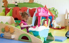 Mädchen beim Spielen im Kinderclub (c) Anne Kaiser Photography (Leading Family Hotel & Resort Dachsteinkönig)