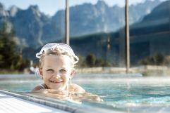 Mädchen beim Tauchspaß im Pool (c) Daniela Jakob (Dachsteinkönig - Familux Resort)