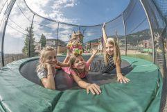 Mädchen beim Trampolin-Springen (Mia Alpina . Zillertal Family Retreat)