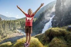 Mädchen beim Wandern vor den Krimmler Wasserfällen (Wanderhotel Gassner)