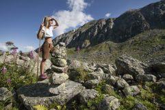 Mädchen blickt beim Wandern in die Berge (Wanderhotel Gassner)
