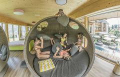 Mädchen freuen sich über die Woodys Lounge (alpina zillertal)