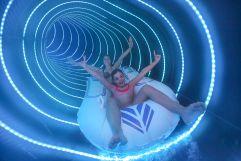 Mädchen haben Spaß in der Wasserrutsche im Leading Family Hotel Dachsteinkönig (c) www.360perspektiven.at