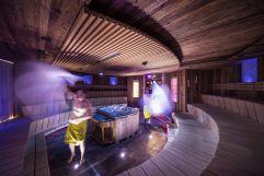 Männer wedeln in der Sauna vom Quellenhof