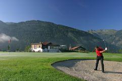 Mann am Golfplatz (Wanderhotel Gassner)