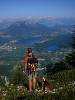 Mann mit Hund sieht über Lago di Caldonazzo (links) und Lago di Levico (rechts) (c) C. Eberle (TVB Valsugana Lagorai)