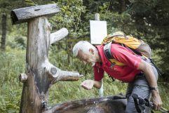 Mann trinkt Wasser vom Trinkwasserbrunnen (c) Florian Bachmeier (Tourismusverband Rauris)