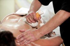 Massage mit Kräuterstempel (IMPULS HOTEL TIROL)