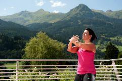 Meditation auf der Terrasse (IMPULS HOTEL TIROL)