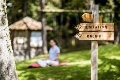 Meditieren und Kneippen im Außenbereich (Hotel Tann)