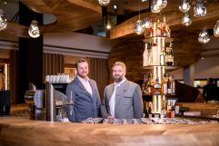 Michael und Philipp hinter der Bar Freiraum (c) Peter Küehnl (PURADIES Hotel & Chalets)