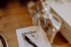 Minibar bestückt mit regionalen Weinen und Säften (c) Karin Bergmann (Ratscher Landhaus)