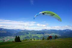 Mit dem Gleitschirm in die traumhafte Landschaft fliegen (Peternhof)