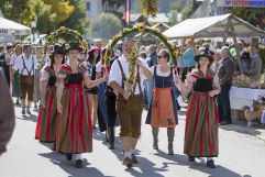 Mit Dirndl und Lederhose beim Zug vom Bauernherbstfest Krimml (Tourismusverband Krimml)