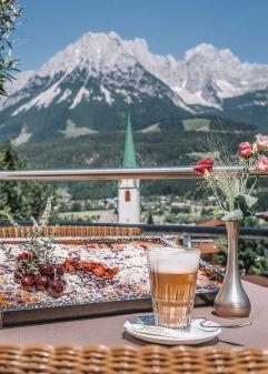 Mittagskaffee auf der Terrasse mit herrlichem Ausblick genießen (c) Markus Auer (Hotel Kaiserblick)