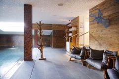 Moderne Poollandschaft mit Sitzmöglichkeiten (c) Johanna Gunnberg (VALLUGA Hotel)