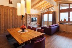 Moderner Wohn- und Essbereich in der Deluxe Suite (Alpinhotel Berghaus)
