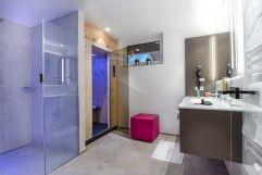 Modernes Badezimmer der Panorama SPA Suite (c) Foto Atelier Wolkersdorfer (IMPULS HOTEL TIROL)