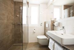 Modernes Badezimmer (Hotel Goldenes Schiff)