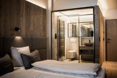 Modernes Badezimmer im Bergbalance Superior Zimmer (c) Aileen Melucci (Wellnesshotel Walserhof - Kleinwalsertal Hotels)