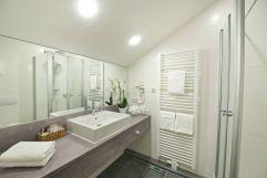 Modernes Badezimmer im Studio Zimmer (c) Heimplätzer Werbefotografie (Concordia Wellnesshotel & Spa)