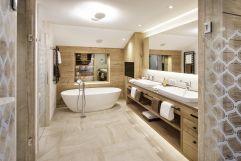 Modernes Badezimmer in der Deluxe Suite (Hotel Bergblick)