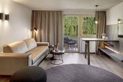 Mondäner Wohnbereich inmitten der Natur (c) Mike Huber (Das Adler Inn - Tyrol Mountain Resort)