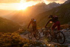 Mountainbiken am Arlberg bei Sonnenuntergang (c) TVB St. Anton am Arlberg Wolfgang Ehn (VALLUGA Hotel)