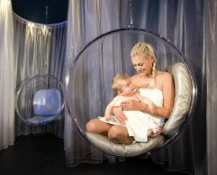 Mutter mit Baby im Ruheraum (Leading Family Hotel & Resort Alpenrose)