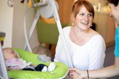 Mutter und Kind bei der professionellen Baby- und Krabbelbetreuung (c) Anne Kaiser Photography (Leading Family Hotel & Resort Dachsteinkönig)