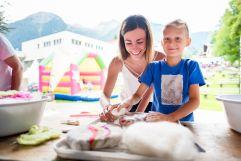 Mutter und Sohn beim Dorfmarkt im Sommer (Tourismusverband Krimml)