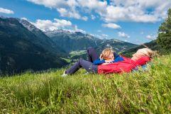 Mutter und Sohn genießen die Sonne in den Bergen (c)Wildkogel - Arena Neukirchen & Bramberg