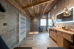 Natur-Luxus Badezimmer im Baumhaus mit begehbarer Panorama-Dusche (Wanderhotel Gassner)