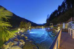 Naturbadeteich bei Dämmerung im Sommer (Sport & Wellness Resort Quellenhof)